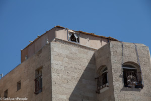 A eautifu Sukkah in the Old Cty of Jerusaem on a rooftop terrace.